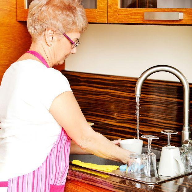 """Alertan de robos en casas de mujeres mayores con """"la estafa del vaso de agua"""" Foto: Bigstock"""