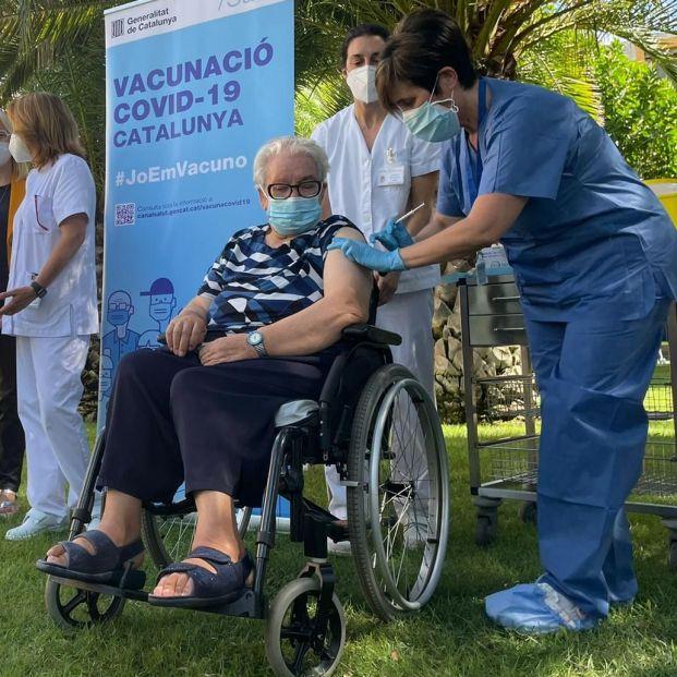 Josefa marca el camino: arranca la administración de la tercera dosis en las residencias