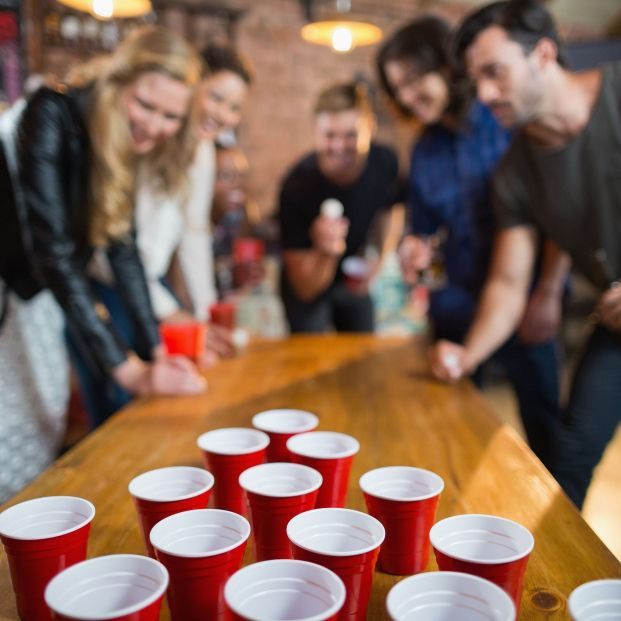 'Beer pong', el famoso juego que podría haber propagado la covid por todo el mundo. Foto: Bigstock