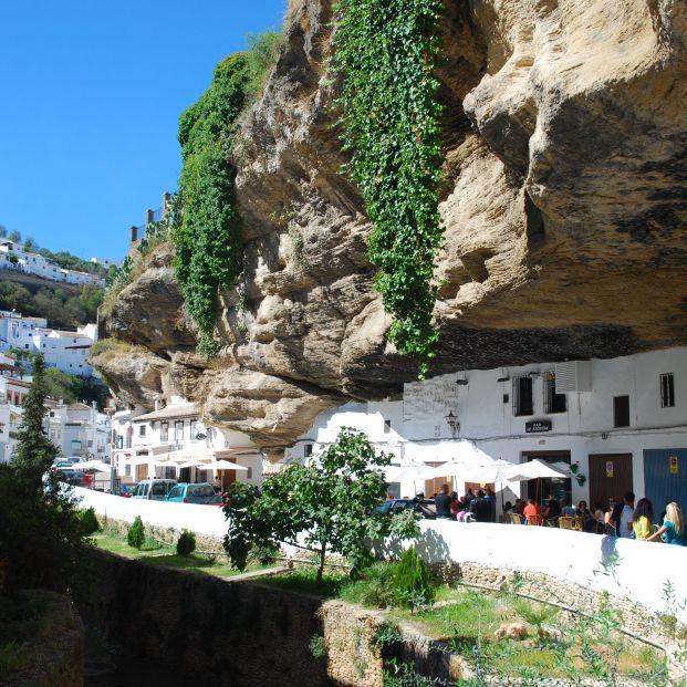 Setenil de las Bodegas, el pueblo con casas bajo las rocas (Wikimedia Commons)