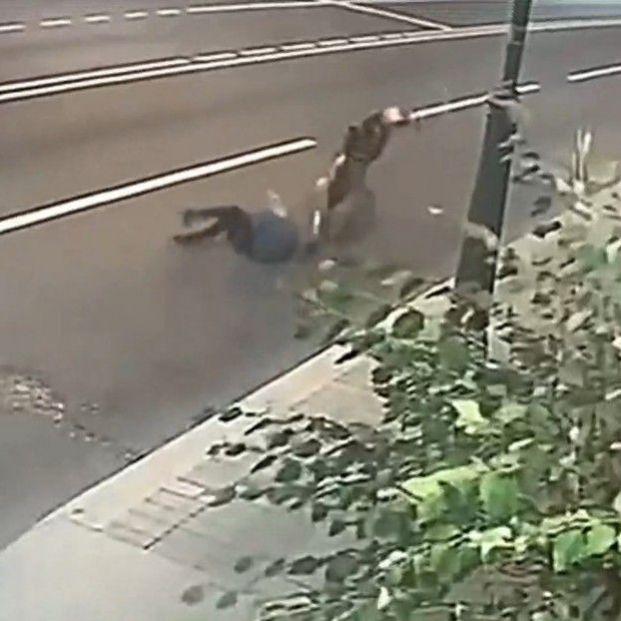 Una mujer de 70 años evita que le roben el bolso resistiendo el tirón del ladrón que la arrastró