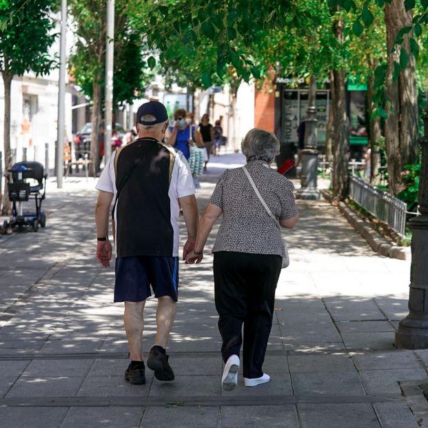 EuropaPress 3857491 pareja ancianos camina calle cogida mano 27 julio 2021 madrid espana