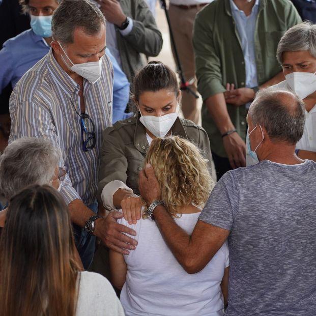 Felipe VI tiene un bonito gesto con uno de los mayores evacuados de La Palma. Foto: Europa Press
