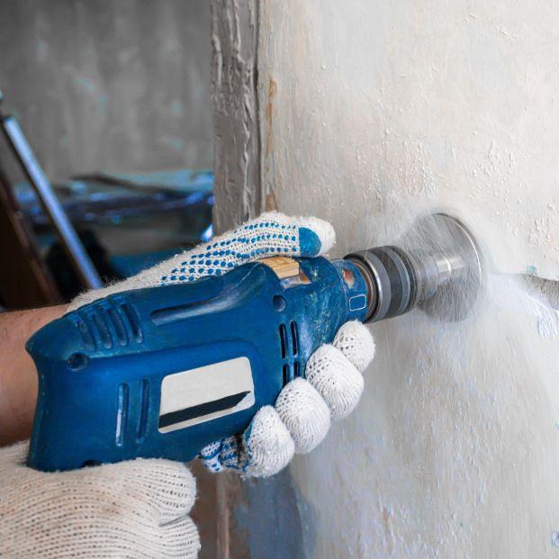 Su aseguradora le arregla una fuga en una tubería del baño, y le deja un agujero en la pared un año