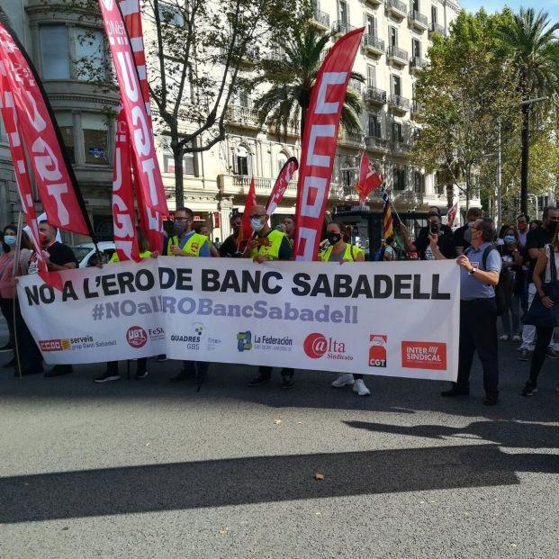 EuropaPress 3968043 grupo personas pancarta protesta contra ere banco sabadell sede avenida (1)