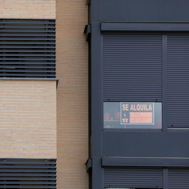 EuropaPress 2295905 fachada edificio ve cartel alquila persiana pisos