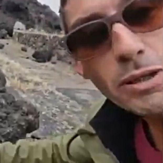 Un reportero canario toca la lava del volcán de La Palma y se quema en directo