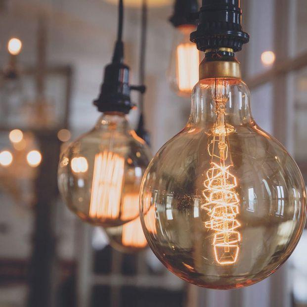 Cuidado con firmar contratos de la luz con cuota fija a largo plazo: pueden tener 'cláusula suelo' (BigStock)