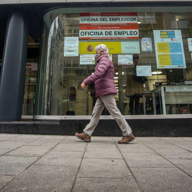 EuropaPress 3537617 persona pasa delante oficina empleo ubicada capital madrid espana 28 enero