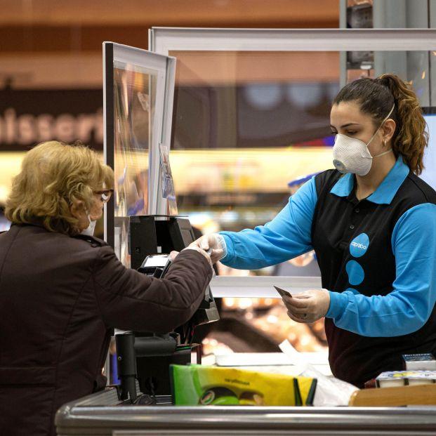 Una cadena de supermercados abre 'cajas para charlar' para combatir la soledad no soledad