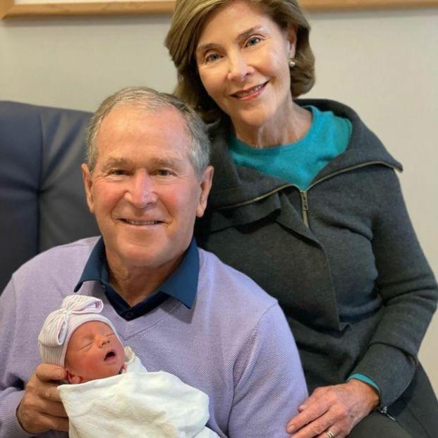 """George W. Bush presenta a su nieta recién nacida con una foto: """"Estamos orgullosos y agradecidos"""""""