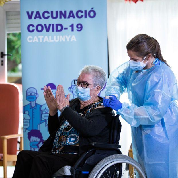 """Bajan los contagios y muertes por Covid en las residencias y """"no es gracias a la tercera dosis"""""""