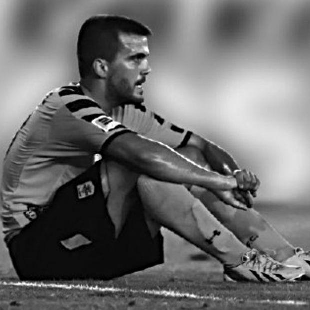 Un futbolista griego de 31 años aparece muerto en su coche con una soga y las manos atadas