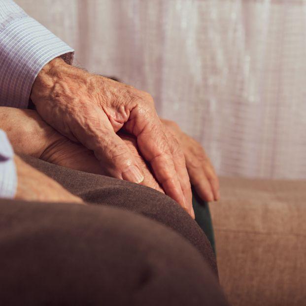 Simula que le falla la memoria para que su esposa con Alzheimer no se asuste