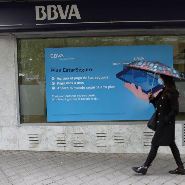EuropaPress 3657474 persona pasa delante puerta oficina bbva madrid 22 abril 2021 madrid espana