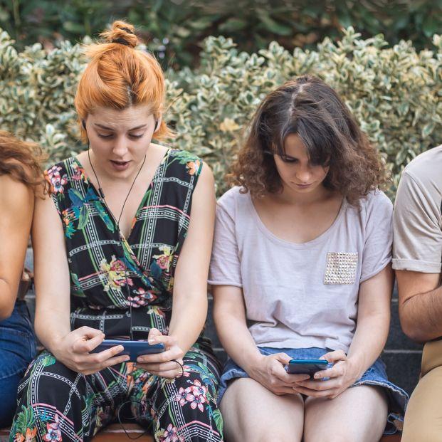 Jóvenes abducidos por Instagram: más de 600 horas al año dándole al 'like'. Foto: Bigstock