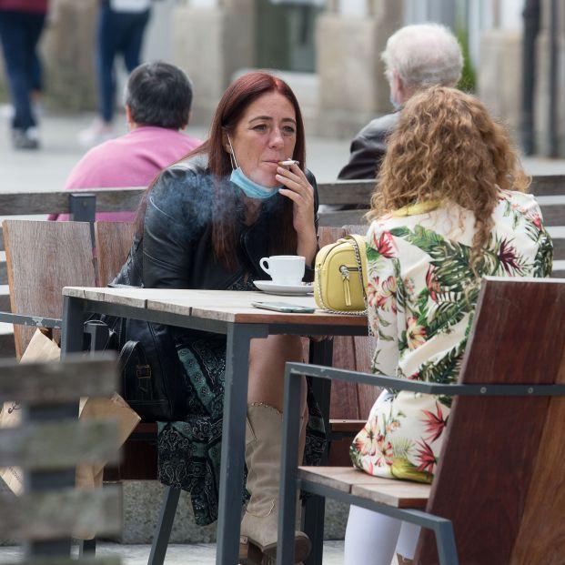 Se acabó fumar en las terrazas: la pandemia ha abierto la puerta a prohibir el tabaco en la calle