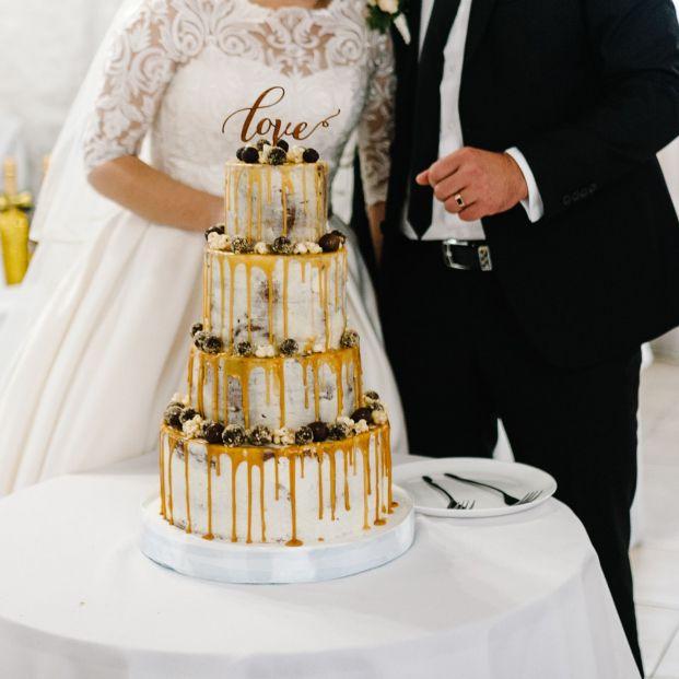 Una pareja de novios obliga a los invitados a pagar el pastel de su boda