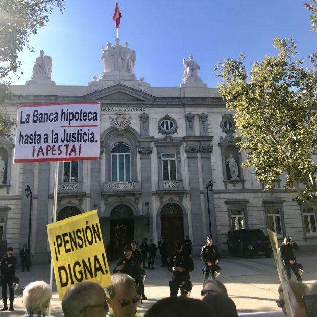 Unas 150 personas en defensa de las pensiones y de afectados por la hipoteca ante el Supremo (archivo).