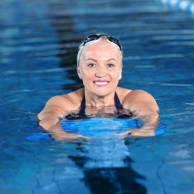 Mujer en acuaterapia (Bigstock)