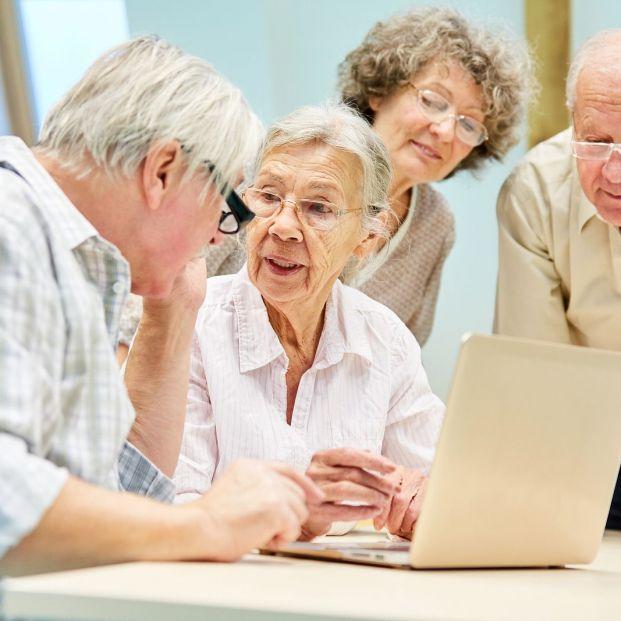 Grupo de mayores buscando en Internet