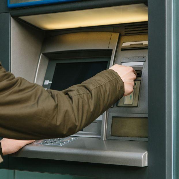 Consejos para evitar ser atracado al sacar dinero del banco