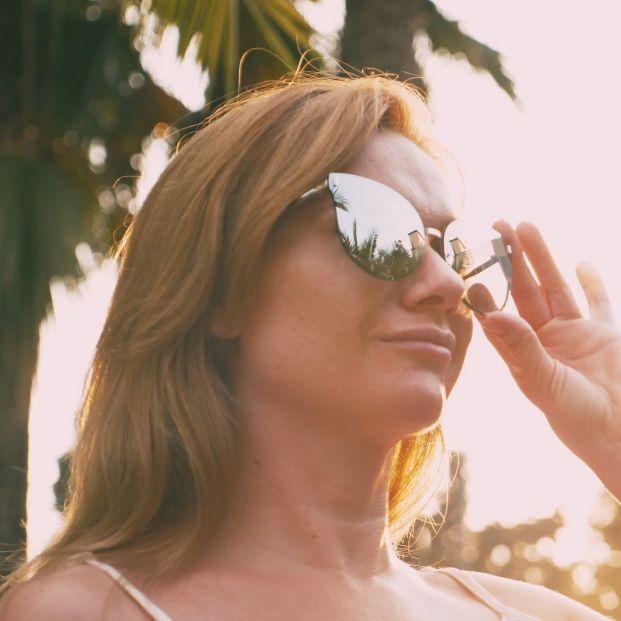 Mujer con gafas de sol estilo mariposa (bigstock)