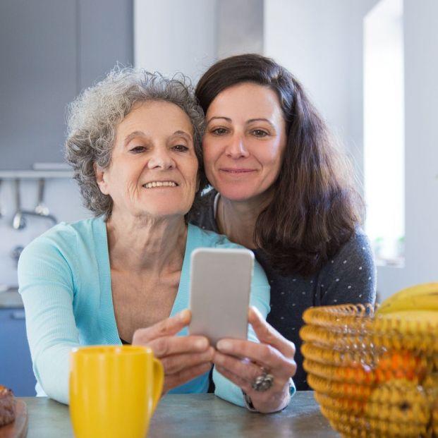 Mujeres usando smartphone