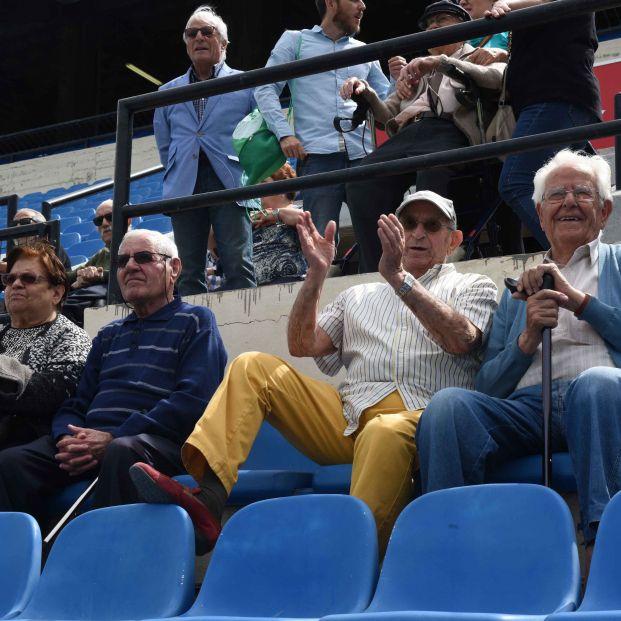 Los mayores de DomusVi en Alicante recuerdan sus tiempos de fútbol en su visita al estadio José Rico Pérez