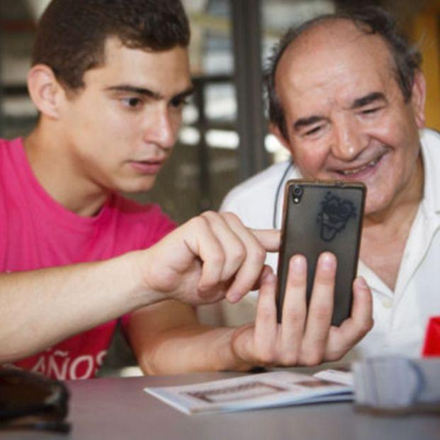 Conecta Joven: cuando los jóvenes son los que forman a los mayores