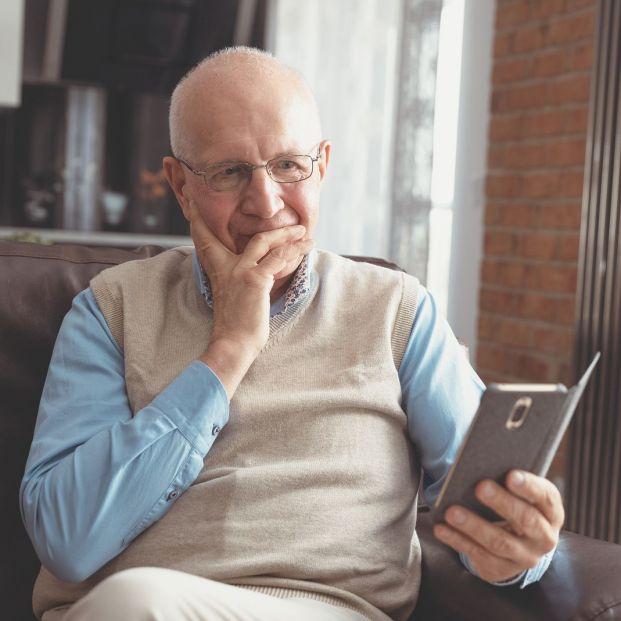 Hombre mayor con el móvil