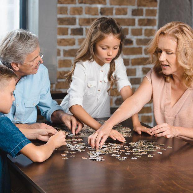 Hacer puzles es una afición beneficiosa para la mente que se puede compartir con los nietos
