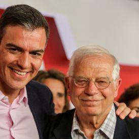 El presidente del Gobierno en funciones Pedro Sánchez y el cabeza de lista del PSOE al Parlamento Europeo Josep Borrell  tras conocerse los resultados de los comicios europeos que otorgan la victoria al Partido Socialis