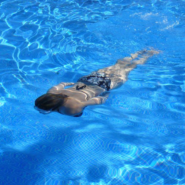 Beneficios de la natación: mujer en una piscina (Creative commons)